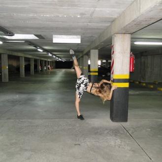 Nati de la loye haciendo una figura en el interior de Parking Alberdi